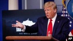 Perezida wa Reta zunze za Amerika Donald Trump muri White House yishura ibibazo vy'abashingamateka, kw'itariki 8/04/2020.