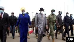 Rais wa zamani wa Nigeria Goodluck Jonathan (katikati) akiwa katika uwanja wa ndege wa kimataifa wa Bamako alipowasili Agosti 22, 2020, ikiwa ni sehemu ya juhudi za kimataifa kutafuta suluhu juu ya mgogoro wa Mali baada ya mapinduzi ya kijeshi.
