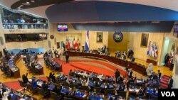 Los nuevos legisladores alzan la mano para destituir al Fiscal General de El Salvador, y a los magistrados propietarios y suplentes de la Corte Suprema de Justicia durante su primera sesión. Mayo 1, 2021.