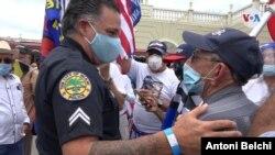 El portavoz de la policía de Miami, Mike Vega, saluda a algunos de los manifestantes que se concentraron en Miami para apoyar a los oficiales de toda la nación. Miércoles 17 de junio de 2020. [Foto: Antoni Belchi,VOA]