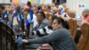 Diputados oficialistas que controlan el Parlamento de Nicaragua votan a favor de una ley enviada por el Ejecutivo. [Foto: Houston Castillo Vado]