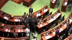 青年新政兩議員再闖立法會大會宣誓不果