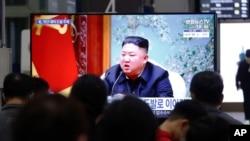 한국 수서역에 설치된 TV에서 북한 관련 뉴스가 나오고 있다.