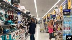 ARCHIVO - Consumidores compran en una tienda Walmart en Vernon Hills, Illinois, el domingo 23 de mayo de 2021.