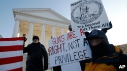 拥护枪支权利人在维吉尼亚里士满州议会大厦前示威。(2020年1月20日)