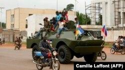 Un blindé russe roule dans la rue lors de la livraison d'un lot de véhicules blindés à l'armée centrafricaine à Bangui, en République centrafricaine, le 15 octobre 2020.