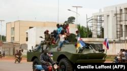 Un véhicule blindé de transport de troupes (APC) russe est vu dans la rue à Bangui, en République centrafricaine, le 15 octobre 2020.