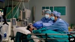 အီတလီႏုိင္ငံ မီလန္ၿမိဳ႕ ေဆး႐ုံတခုတြင္ COVID-19 လူနာအား ျပဳစုကုသေနသည့္ က်န္းမာေရးဝန္ထမ္းမ်ား။ (ဧၿပီ ၁၆၊ ၂၀၂၀)
