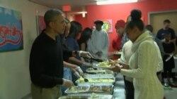 Le président Obama et sa famille servent un dîner aux sans-abris pour Thanksgiving
