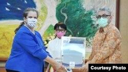 Pemerintah Amerika Serikat, Selasa (28/7) menyerahkan secara simbolis bantuan seratus ventilator dari seribu yang dijanjikan kepada pemerintah Indonesia. (Foto: Kemenlu)