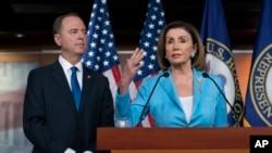 អ្នកស្រី Nancy Pelosi ថ្លែងនៅក្នុងសន្និសីទកាសែតមួយស្តីពីការស៊ើបអង្កេតទម្លាក់តំណែងរបស់លោកប្រធានាធិបតី ដូណាល់ ត្រាំ នៅក្នុងវិមានសភា Capitol ក្នុងរដ្ឋធានីវ៉ាស៊ីតោន កាលពីថ្ងៃទី២ ខែតុលា ឆ្នាំ២០១៩។