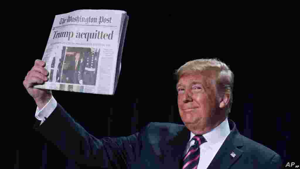 도널드 트럼프 미국 대통령이 워싱턴에서 열린 국가조찬기도회에서 상원의 탄핵 부결 후 자신의 무죄 보도가 담긴 워싱턴포스트 신문을 들어 보이고 있다.