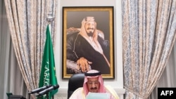 살만 빈 압둘아지즈 사우디 국왕이 23일 네옴의 왕궁에서 75차 유엔 정기총회를 위한 화상 기조연설문을 읽고 있다.