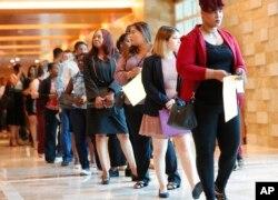 지난 6월 미국 플로리다주 헐리우드에서 열린 취업박람회에 많은 구직자들이 참가했다.