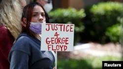 လူမည္းအမ်ဳိးသား George Floyd ေသဆုံးမႈအတြက္ ဆႏၵျပေနသူတဦး။ (ေမ ၂၉၊ ၂၀၂၀)
