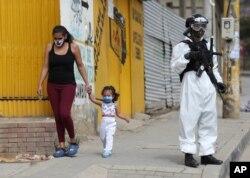 Un soldado con equipo de protección hace guardia en Ciudad Bolívar, una de las áreas con altos casos de coronavirus en Bogotá, Colombia, el lunes 13 de julio de 2020.
