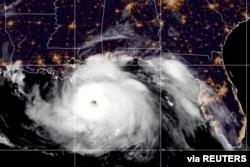 Picha ya satellite ikionyesha kimbunga Ida katika Ghuba ya Mexico na kikielekea pwani ya Louisiana, Agosti. 29, 2021. (NOAA/Handout)