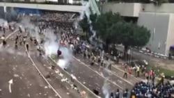 香港警察在夏慤道發放催淚彈驅趕示威群眾