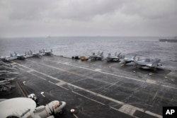 Phản lực cơ F18 đậu trên tâu sân bay USS NIMITZ của Hải quân Mỹ trong cuộc tập trận Malabar 2017 có sự tham gia của 3 nước Ấn Độ, Nhật bản và Hoa Kỳ tại Vịnh Bengal, ngày 17/7/2017. (AP Photo/Rishi Lekhi)