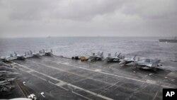 资料照片:美国海军尼米兹号航空母舰在孟加拉湾参加印度、日本和美国的三边演习。(2017年7月17日)