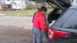 Як волонтери годують бідних у День подяки. Відео