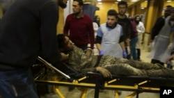 Un garçon blessé lors de frappes aériennes est amené à l'hôpital de la ville d'Idleb, en Syrie, le 15 janvier 2020.