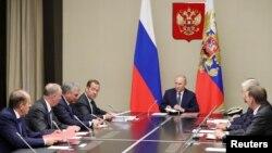 Rusiya prezidenti Vladimir Putin və baş nazir Dmitri Medvedev Təhlükəsizlik Şurasının iclasında, 5 avqust, 2019.