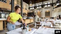 Un employé prépare un café-restaurant pour la réouverture à Amsterdam, aux Pays-Bas, le 26 mai 2020.