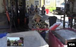 미국 루이지애나주 뉴올리언스의 새우 처리 시설에서 베트남계 이민자인 테레사 누엔이 새우를 보관할 얼음을 옮기고 있다.