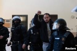 Rapper Spanyol Pablo Hasel ditangkap polisi anti huru hara di dalam Universitas Lleida, di Lleida, Spanyol, setelah dia dijatuhi hukuman penjara atas tuduhan termasuk menghina monarki dan mengagungkan terorisme, 16 Februari 2021.