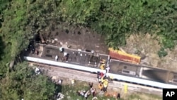 Spasioci na mjestu iskliznuća voza sa šina u Toroko Džordž u istočnom regionu Tajvana Hualien, 2. aprila 2021. (Foto: Nacionalna vatrogasna služba)