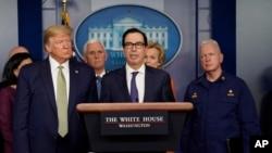 Sekretar za finansije Stiven Mnučin na današnjem brifingu radne grupe za borbu protiv u Beloj kući (Foto: AP/Evan Vucci)