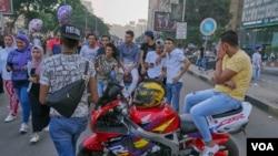Un groupe de jeunes hommes égyptiens lançant des commentaires sexistes au passage de filles dans la rue au Caire, en Égypte, le 15 juin 2018. Le harcèlement sexuel et sexiste est courant dans le pays. (Hamada Elrasam/VOA).