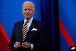 拜登总统在密尔沃基参加由电视转播的市民大会活动。(2021年2月16日)