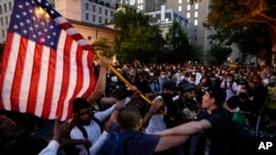 Sukob demonstranata i policije tokom protesta zbog smrti Džordža Flojta, u blizini Bele kuće u Vašintonu, subotu, 30. maja 2020.