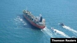 이란 국영방송은 혁명수비대 해군이 4일 페르시아만에서 한국 유조선을 '유류 오염' 문제로 나포했다며 사진을 공개했다.