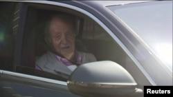 L'ancien roi d'Espagne Juan Carlos dans une voiture après qu'il a quitté l'hôpital Quiron une semaine après une chirurgie cardiaque à Madrid, en Espagne, le 31 août 2019. Forta / ReutersTV via REUTERS