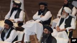 Abdul Ghani Baradar (kanan bawah), salah satu pendiri Taliban, dalam pembicaraan antara pemerintah Afghanistan dan Taliban,di Doha, Qatar, 12 September 2020. Baradar juga memimpin delegasi Taliban dalam pembicaraan dengan AS.