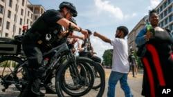 抗議撤警察經費呼聲引發爭議