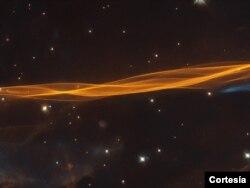 Esta imagen del telescopio espacial Hubble de la NASA / ESA muestra una pequeña sección de la onda expansiva de la supernova Cygnus, ubicada a unos 2.400 años luz de distancia. [Imagen tomada por el Hubble de la NASA].