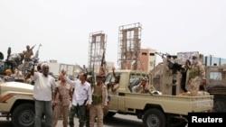 Patroli anggota kelompok separatis Yaman Selatan yang didukung oleh Uni Emirat Arab meneriakkan slogan-slogan saat bentrok dengan pasukan pemerintah di Aden, Yaman, 10 Agustus 2019. (Foto: Reuters)