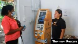 8일 엘살바도르 칠티우판의 한 상점에 설치된 비트코인 ATM.
