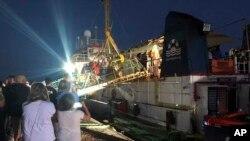 """Brod """"Morska straža"""" pristaje u luci Lampeduza, 29. juna 2019. Četrdeset migranata se iskrcalo na italijanskom ostrvu nakon što je kapetan nemačkog humanitarnog broda koji ih je spasao pristao u Lampeduzu bez dozvole italijanskih vlasti."""
