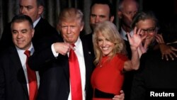 Kellyanne Conway y el presidente Donald Trump durante la campaña presidencial de 2016.