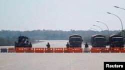 Soldados birmanos bloquean la carretera que conduce al Congreso en Naipyidó.