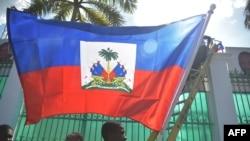 ພະນັກງານເອົາທຸງເຮຕີໄປປັກໄວ້ທໍານຽບລັດຖະບານຢູ່ໃນນະຄອນຫລວງ Port-au-Prince ຂອງເຮຕີໃນວັນທີ 6 ກຸມພາ 2017