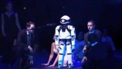 یک ربات ستاره اصلی یکی از نمایش های اپراخانه برلین