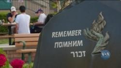 До пам'ятника Бабиному Яру в штаті Каліфорнія приходять рідні убитих під час Голокосту євреїв, щоб вшанувати річницю трагедії. Відео