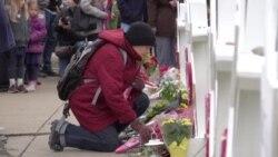 У синагоги в Питтсбурге собираются люди, чтобы почтить память жертв массового убийства