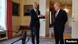 Йенс Столтенберг и Борис Джонсон отвечают на вопросы журналистов в Лондоне, 2 июня 2021 года